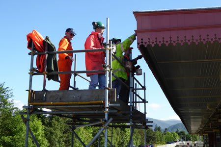 Photograph of Ellon crew painting Aviemore station